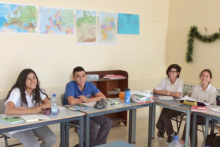 Schulpartnerschaft mit dem Philantropinum Dessau - Drei Schülerinnen von Talitha Kumi und ein Schüler im Unterricht - Foto: Christiane Dohlmann