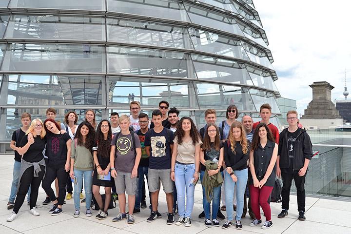Schüler Talitha Kumis und des Gymnasiums Philanthropinum, Dessau, vor dem Reichstag (Foto: Christiane Dohmann)