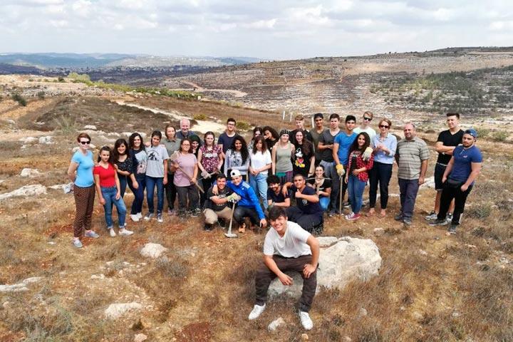 Schüler aus Talitha Kumi und Hamburg-Finkenwerder stehen in palästinensischer Landschaft