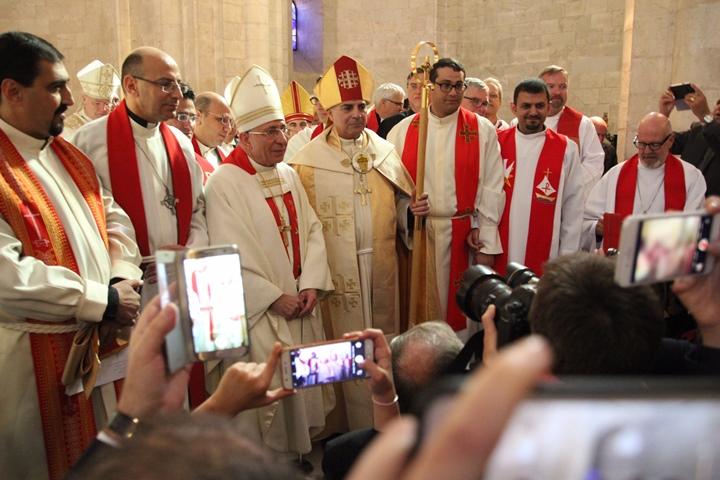 Der neue Bischof Ibrahim Azar (Mitte)