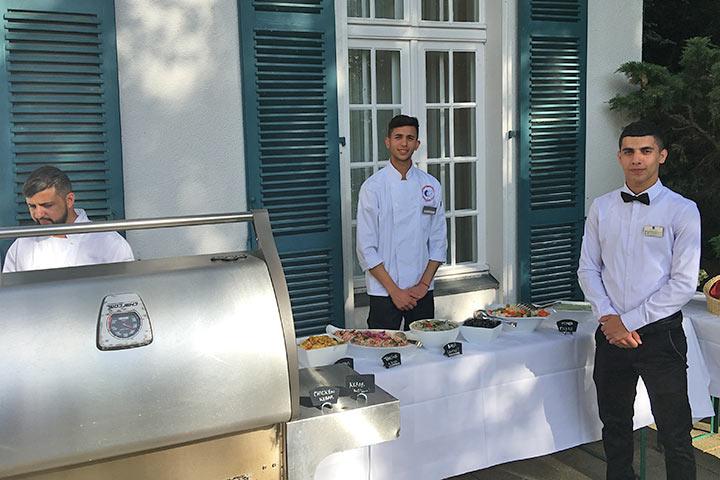 Am Buffet servierten die palästinensischen Schüler typisch arabische Gerichte (Foto: Jens Nieper)