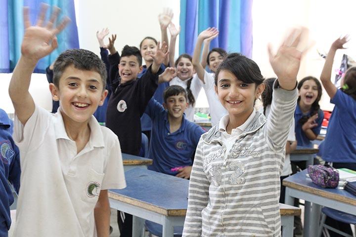 Meldung Nahost Newsletter - Schüler von Talitha Kumi winken