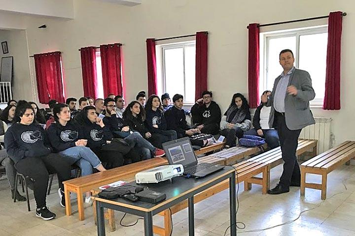 Professor aus Dresden hält Vortrag vor Schülerinnen und Schülern
