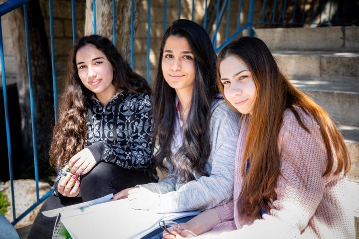 Schule Talitha Kumi in Beit Jala/ Bethlehem - Evangelisches Schulzentrum, Foto: drei Schülerinnen auf dem Schulhof