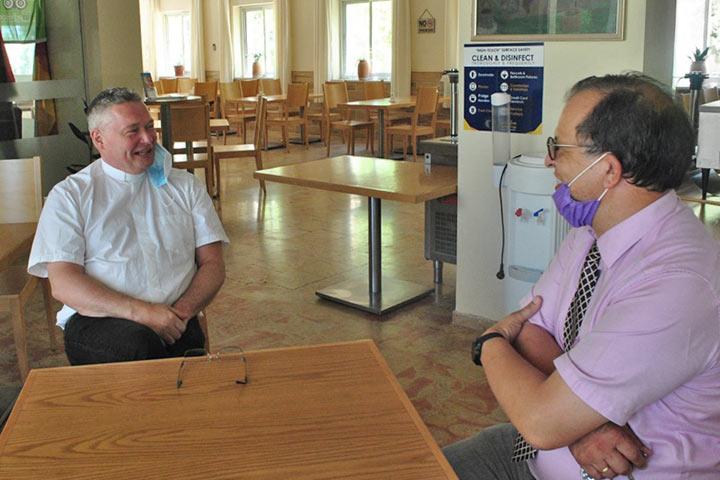 Antrittsbesuch Propst Lenz, Jerusalem - Foto: Schulleiter Matthias Wolf begrüßt Lenz im Gästehaus