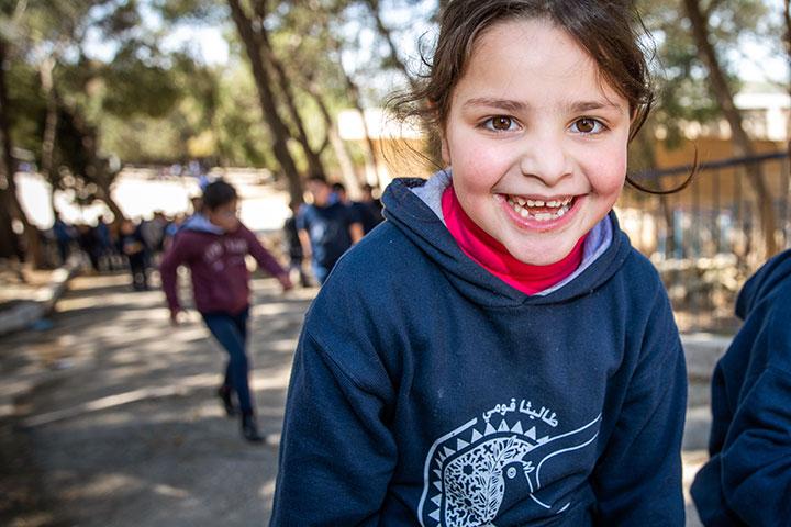 Nach Corona-Lockdown: Schulstart in Talitha Kumi 2020, Foto Schülerin auf dem Weg zum Schulgebäude (Rendel Freude)2020