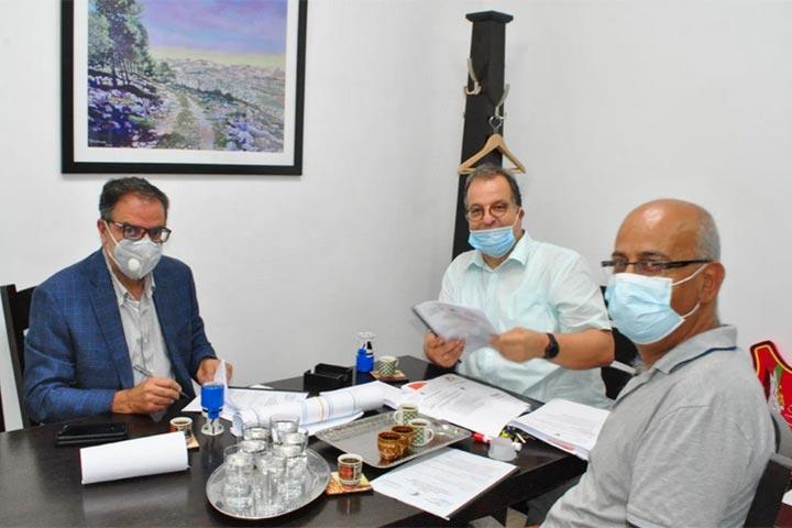 Schulleiter Matthias Wolf (Mitte), Konrektor Milad Ibrahim (rechts) und Ingenieur Nasser unterzeichnen den Vertrag zwischen Talitha Kumi und dem Ingenieurbüro AEG zur Planung und Überwachung des großen Bauprojektes.