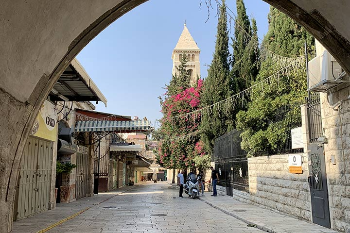 Foto: Stadtviertel Muristan in der Jerusalemer Altstadt mit Blick auf den Turm der Erlöserkirche