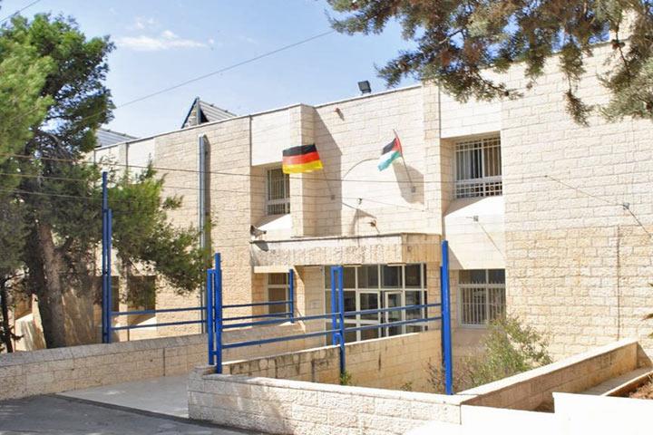 Gute Zusammenarbeit in der Corona-Krise: Schulleiter Matthias Wolf dankt seinem deutsch-palästinensischen Kollegium