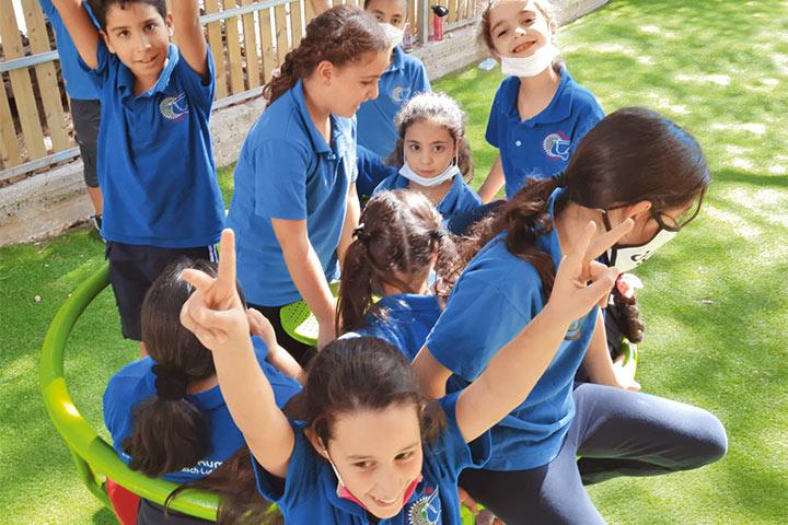 Mädchen sind stark! Gemeinsam neue Rollenbilder ausprobieren. Foto: Grundschülerinnen und -schüler Talitha Kumis spielen während einer Pause.