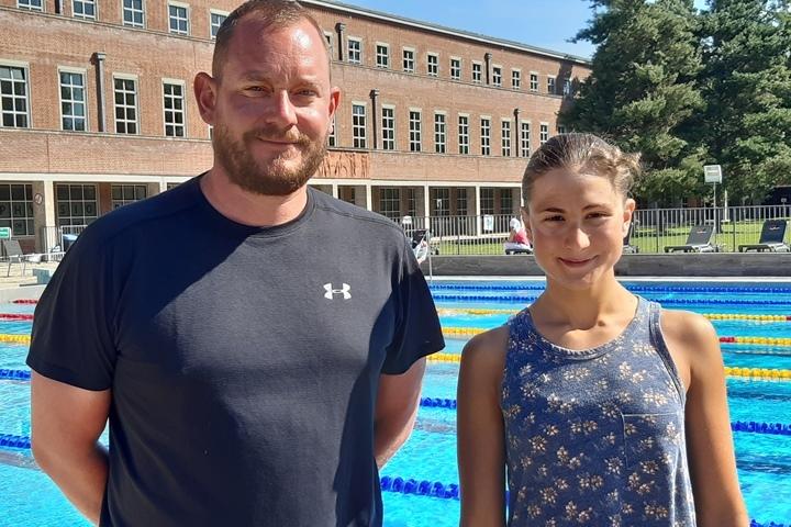 Sven Spannekrebs und Dania Nour am Schwimmbecken im Olympiapark